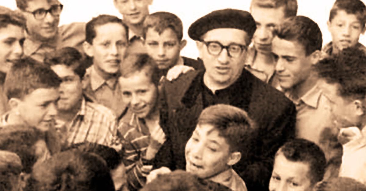 Don Della Torre in mezzo ai suoi ragazzi
